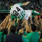 Rubén Castro es manteado por sus compañeros tras la consecución del ascenso (Foto: J.J. Úbeda)