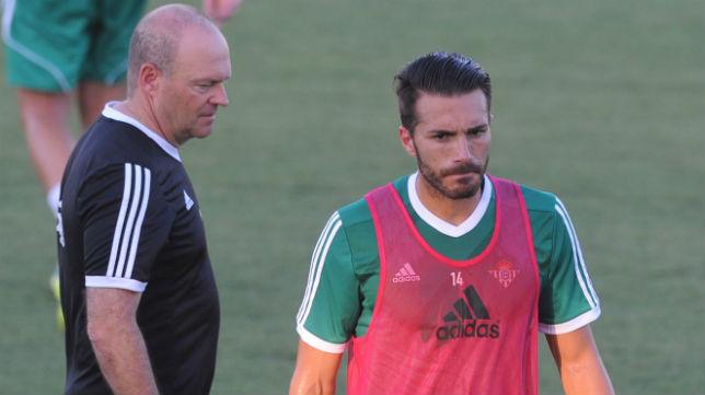 Pepe Mel y Xavi Torres se cruzan en un entrenamiento (Foto: J. J. Úbeda)