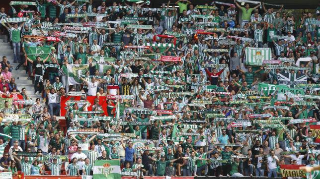 Imagen de los aficionados del Betis en El Molinón de Gijón (Foto: J. Peteiro)