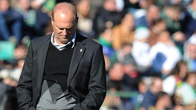 Pepe Mel, cabizbajo en el Betis-Rayo de la temporada 2013-14 (Foto: ABC)