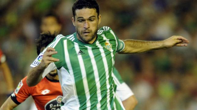 Jorge Molina trata de marcharse de un jugador del Deportivo (Foto: J. J. Úbeda)