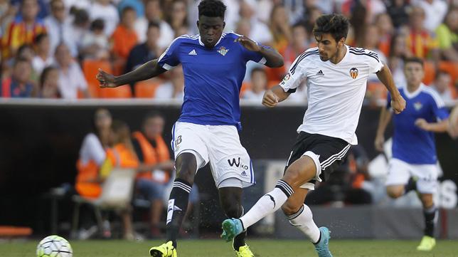 Ndiaye pugna con André Gomes, del Valencia