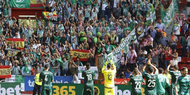 Los jugadores del Betis agradecen el apoyo de la afición en Gijón