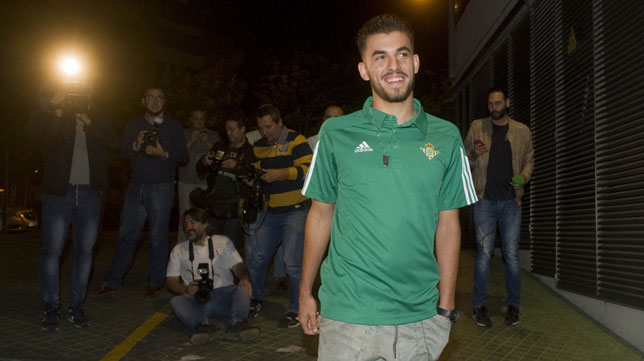 Ceballos, sonriente tras atender a los medios después de su renovación (Foto: Juan José Úbeda).