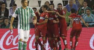 Los jugadores del Español celebran uno de sus goles ante la desolación de Joaquín (EFE).