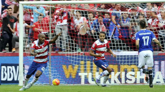 Foulquier celebra el gol del Granada tras fallo de Westermann (Foto: EFE)