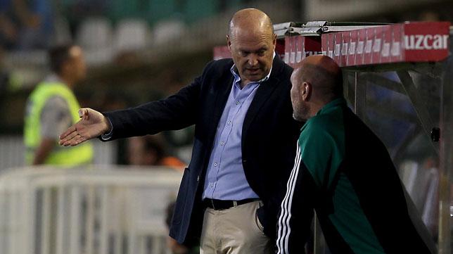 Pepe Mel y Roberto Ríos dialogan en el banquillo durante el partido ante el Español (Foto: Raúl Doblado)