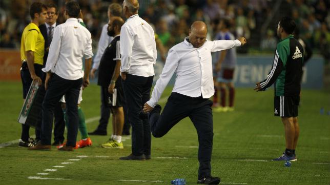 Pepe Mel golpea una botella de agua durante el partido ante la Real Sociedad (Foto: J. M. Serrano)