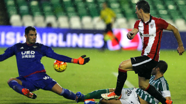 Aduriz remata ante Adán en el Betis-Athletic Club