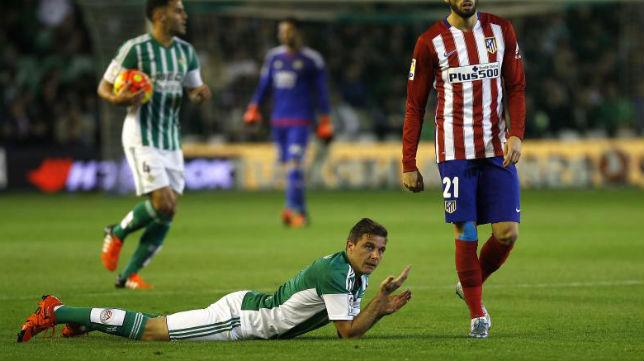 Joaquín, caído en un partido de Betis ante el Atlético (Foto: J. M. Serrano)