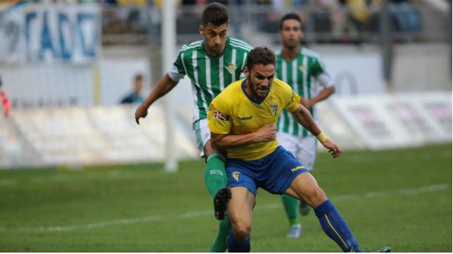 Lance del Cádiz-Betis B jugado en el Ramón de Carranza (Foto: La Voz de Cádiz)