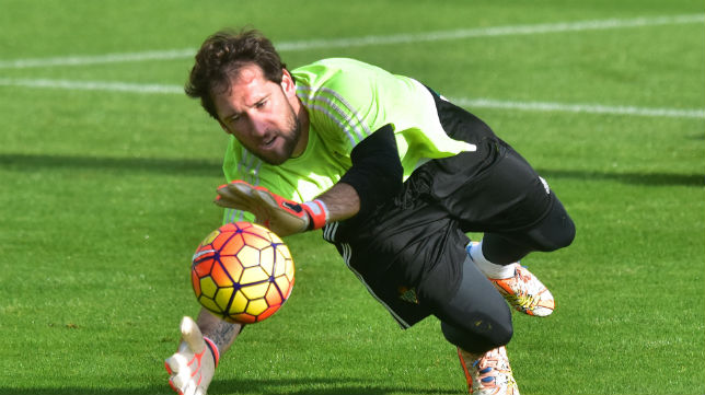 Dani Giménez detiene un balón en un entrenamiento (Foto: J. J. Úbeda)