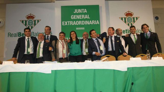 El consejo presidido por Juan Carlos Ollero, al acabar la Junta Extraordinaria (Foto: Raúl Doblado)