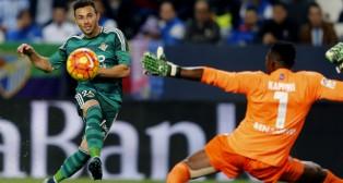Weligton sigue con la mirada el remate a gol de Rubén Castro en Málaga (Foto: EFE)