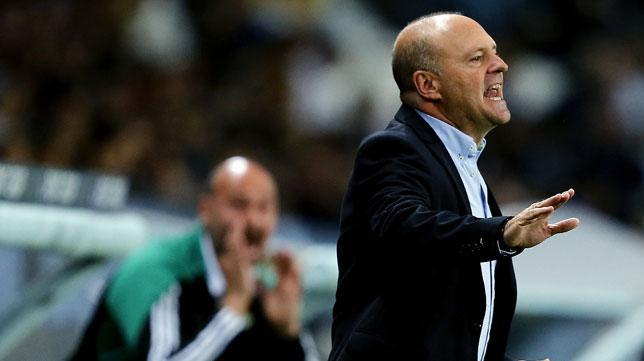 Pepe Mel da indicaciones a sus jugadores en el partido ante el Málaga (Foto: EFE)