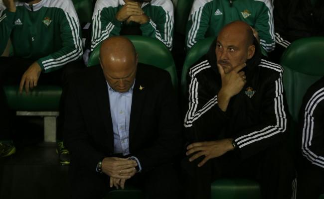 Pepe Mel y Roberto Ríos, en el banquillo (Foto: J. M. Serrano).