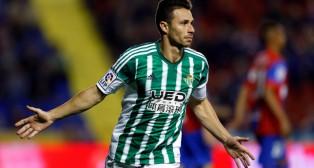 Rubén Castro celebra el gol del primer tiempo ante el Levante (Foto: EFE)