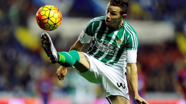 Rubén Castro controla un balón ante el Levante (Foto: EFE)