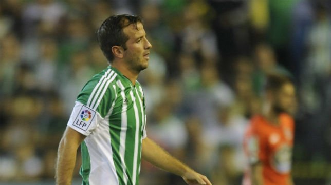 Van der Vaart se retira lesionado en el partido ante el Deportivo (Foto: J. J. Úbeda)
