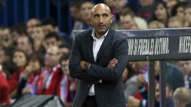 El técnico del Sporting, Abelardo, observa el juego en el partido ante el Atlético de Madrid (Foto: EFE)