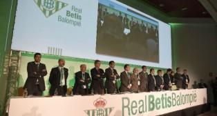 El consejo de administración del Betis, en la junta de diciembre de 2016 (Foto: Jesús Spínola)