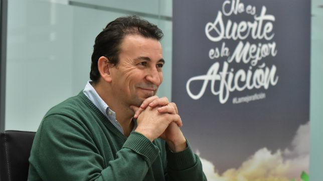 El vicepresidente del Betis José Miguel López Catalán durante una entrevista con ABC (Foto: J. J. Úbeda)