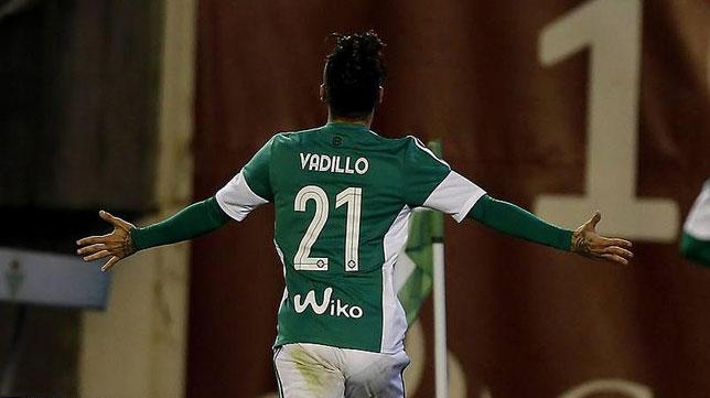 Vadillo celebra un gol con el Betis (Foto: J. M. Serrano)