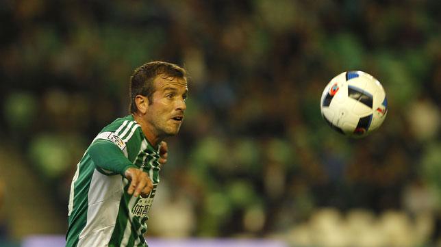 Van der Vaart, durante un partido del Betis (Foto: J. M. Serrano)