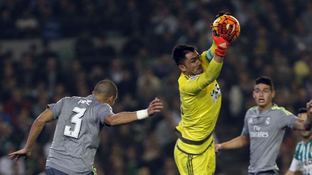 Adán detiene el balón en el Betis-Real Madrid (Foto: EFE)