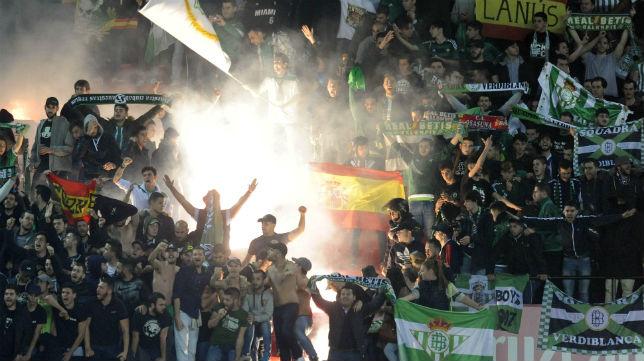 Imagen de la afición del Betis en el derbi en el Sánchez-Pizjuán (Foto: J. J. Úbeda)