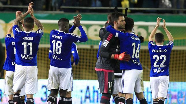 Los jugadores del Betis aplauden a los aficionados que acudieron a Villarreal (Foto: EFE)