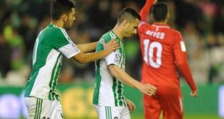 Dani Ceballos hace un gesto de ánimo a Rubén Castro en el derbi de ida de los octavos de la Copa (Foto: J. J. Úbeda)