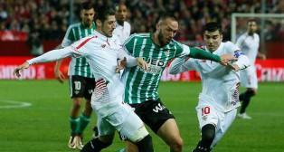 Digard pugna con Reyes y Escudero en el derbi de vuelta de la Copa del Rey (Foto: Raúl Doblado)