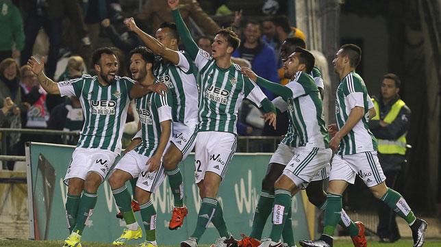 Los jugadores del Betis celebran el gol de Cejudo