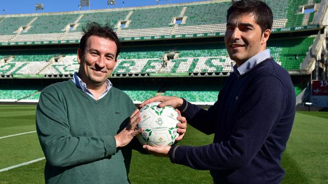 Haro y Catalán posan para ABC en el campo del Betis