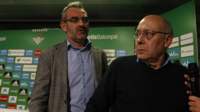 Eduardo Macià y Juan Carlos Ollero, en una rueda de prensa del Betis, tras anunciar la destitución de Pepe Mel (Foto: Raúl Doblado)