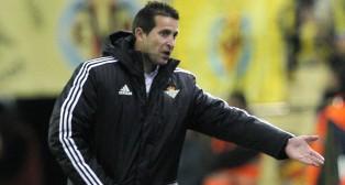 Merino hace un gesto en la banda de El Madrigal (Foto: AFP)