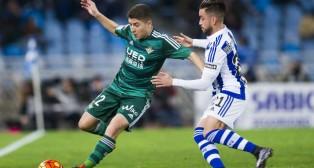 Portillo controla ante el defensa de la Real Sociedad Héctor (Foto: EFE)