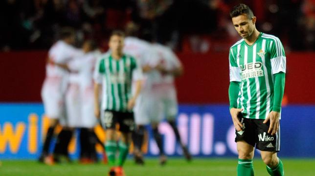 Rubén Castro, desolado en primer plano, mientras los jugadores del Sevilla celebran un tanto (Foto: J. J. Úbeda)