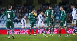 Rubén Castro besa el balón tras marcar un gol a la Real Sociedad (Foto: J. M. Serrano)