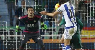 Adán observa el remate a gol del jugador de la Real Sociedad Xavi Prieto (Foto: EFE)