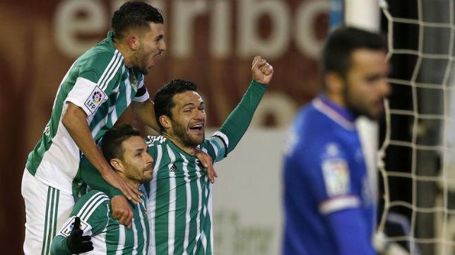 Molina, Ceballos y Rubén Castro, celebran uno de los goles anotados ante el Rayo (Foto: J. M. Serrano)