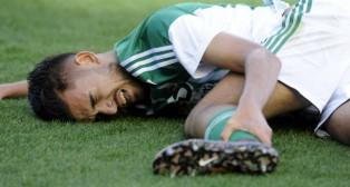 Dani Ceballos se duele tras recibir una patada en el partido ante el Valencia (Foto: J. J. Úbeda)