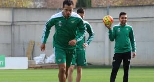 Damiao golpea el balón en un entrenamiento (Foto: Real Betis)