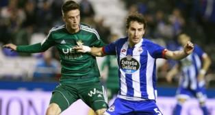 Ricky disputa un balón con Mosquera en el Deportivo-Betis del pasado año