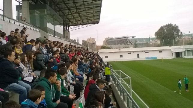 Aficionados del Betis presencian el entrenamiento en la grada de la ciudad deportiva