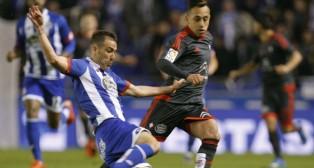 El lateral del Deportivo Fernando Navarro pelea un balón con el atacante del Celta Orellana (Foto: EFE)