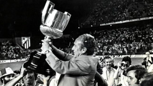 Iriondo levanta en el Calderón la Copa del 77 (Foto: Real Betis)