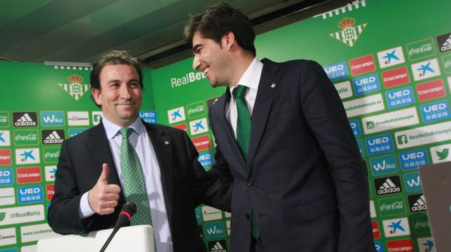 López Catalán y Ángel Haro, en un acto que celebró el Betis