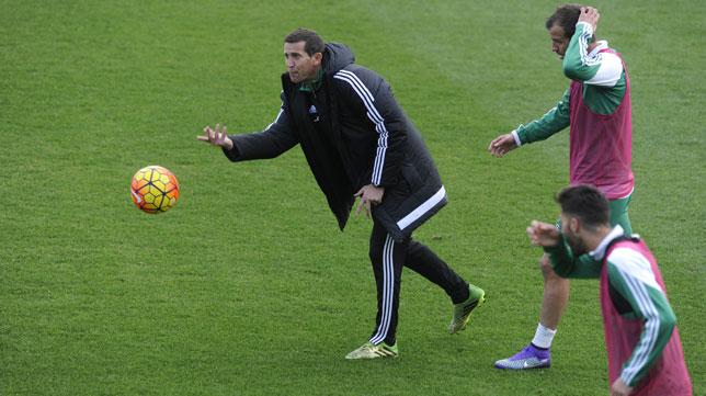 Juan Merino lanza un balón ante Van der Vaart (Foto: Juan José Úbeda).